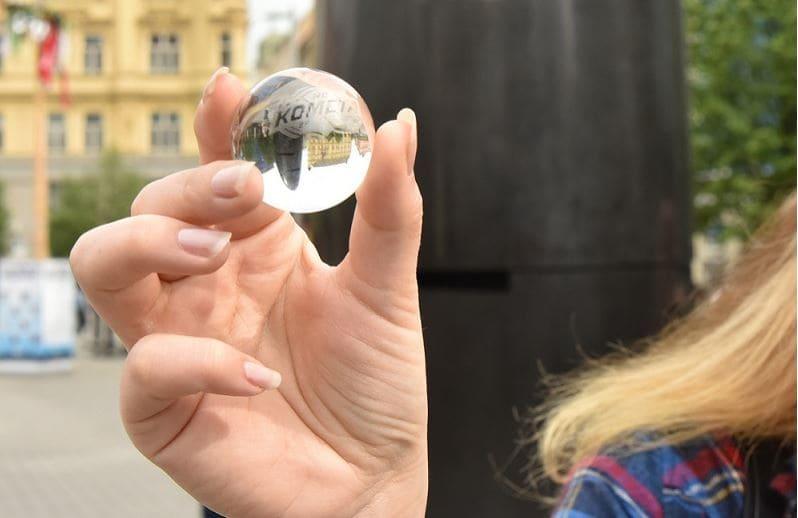 チェコ ブルノ 天文時計よりガラス球を落とす
